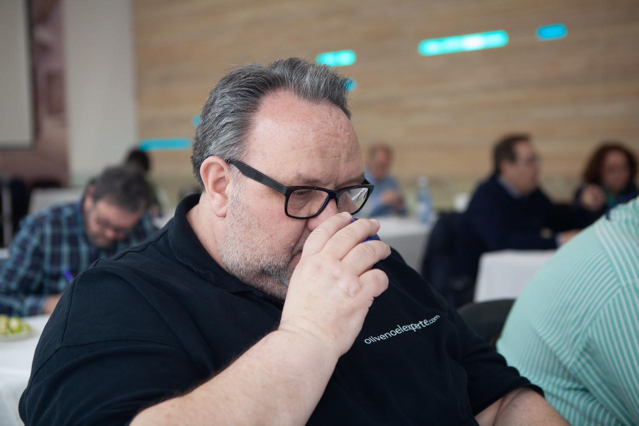 Heiko Schidt bei der Vekostung und Bewertung von Olivenöl in Cordoba